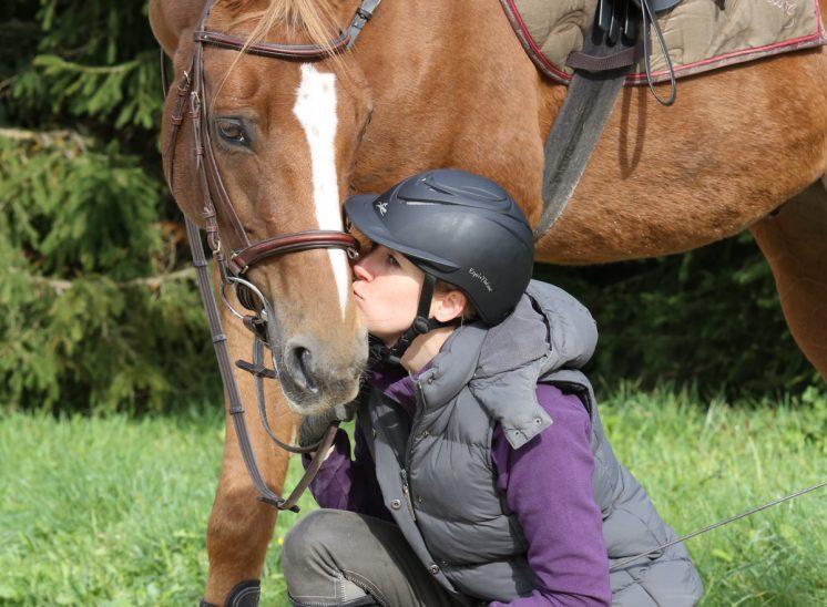 Portrait d'un cheval et sa cavalière dans le Jura bernois en Suisse